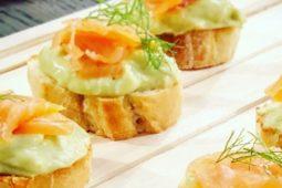 Pane tostato con salmone e crema di avocado