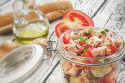 Panzanella croccante in vasetto con tonno e pomodori
