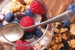 """Dessert con yogurt greco con salsa ai frutti di bosco – Una ricetta da: """"Il Giornale del Cibo"""""""